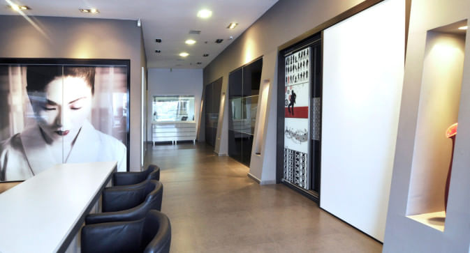 מבט על משרדי חנות המפעל של חברת הרדור המספקת ארונות הזזה בראשון לציון ולעולם כולו