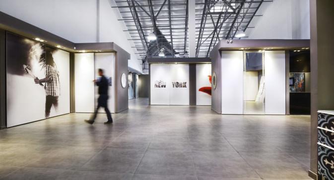 אזור תצוגה של ארונות הזזה באולם התצוגה של הרדור בבאר שבע