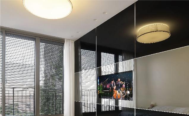 ארון עם דלתות הזזה מזכוכית המייצר מראה של קיר מזכוכית