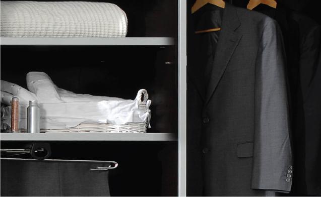 בגדים על מדפים ועל מתלים בארון הזזה עם פרופילים בצבע אפור