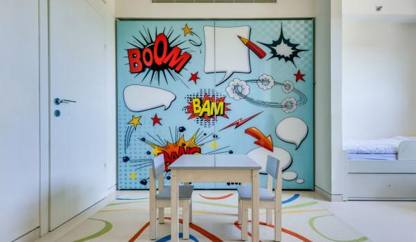 ארון לחדר ילדים עם הדפס סגנון קומיקס על גבי דלתות ההזזה