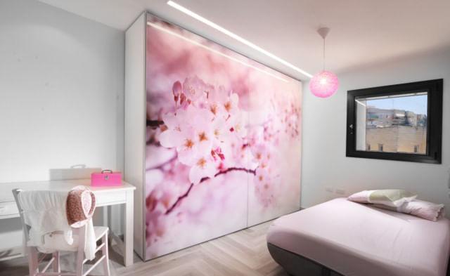 ארון הזזה 2 דלתות עם הדפס מדהים של פרחים ורודים על גבי כל רוחב הדלתות