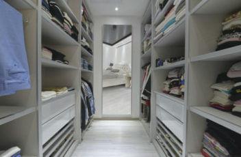 חדר ארונות בבית לקוח