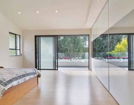 ארון הזזה מקיר לקיר עם דלת זכוכית