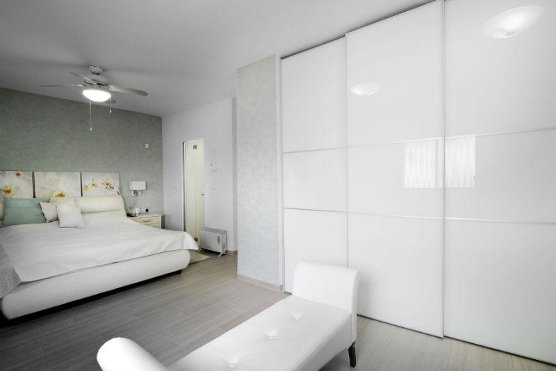 ארון הזזה זכוכית בצבע לבן