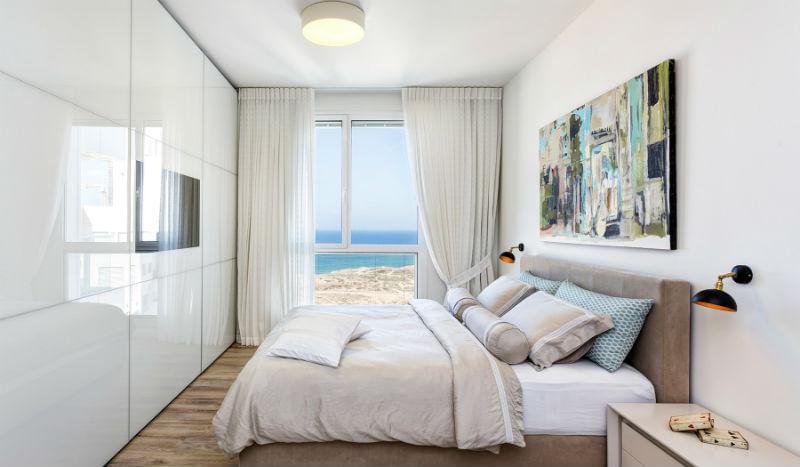 ארון הזזה לבן בחדר שינה לבן