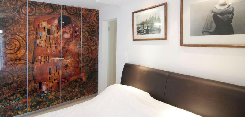 ארון הזזה עם הדפס ציורו של גוסטב קלימט